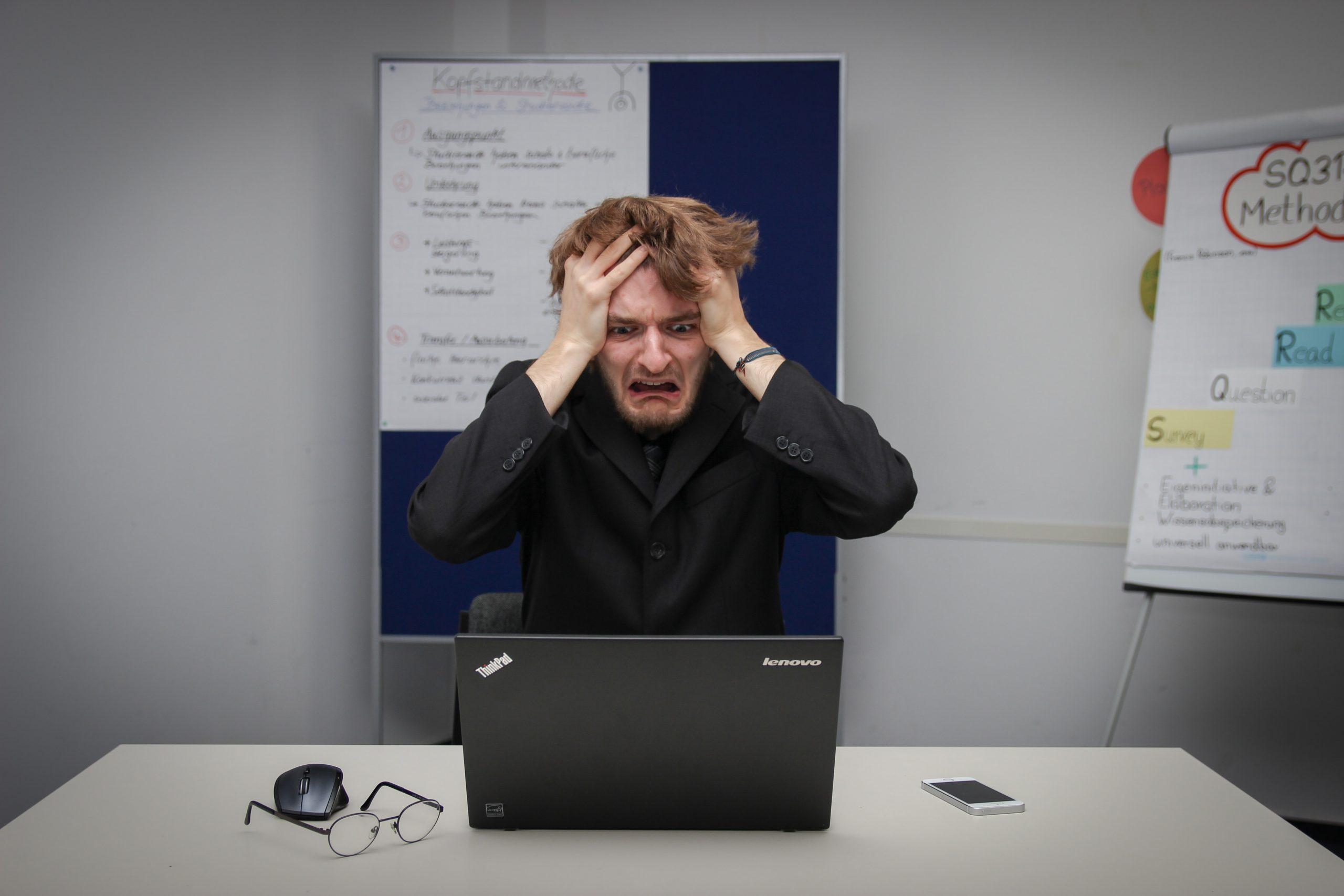 Mann arbeitet verzweifelt an Computer
